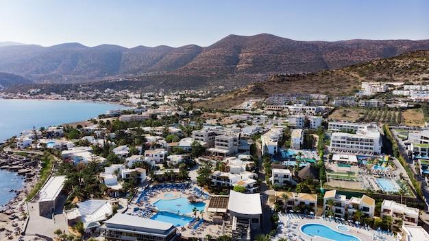 Hersonissos, creta, grécia. vista panorâmica de cima. mar de verão e turismo