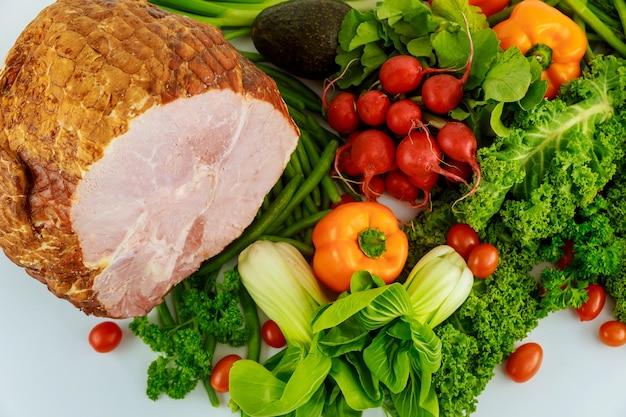 Hickory defumado presunto inteiro com legumes frescos. comida saudável nas férias.