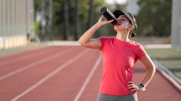 Hidratação da mulher depois de correr