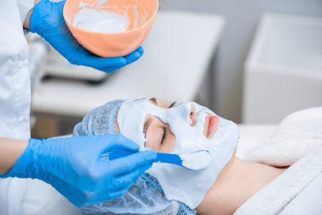 Hidratação da pele com máscara de alginato na cosmetologia moderna.