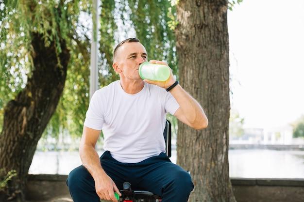 Hidratação esportiva sênior após treino
