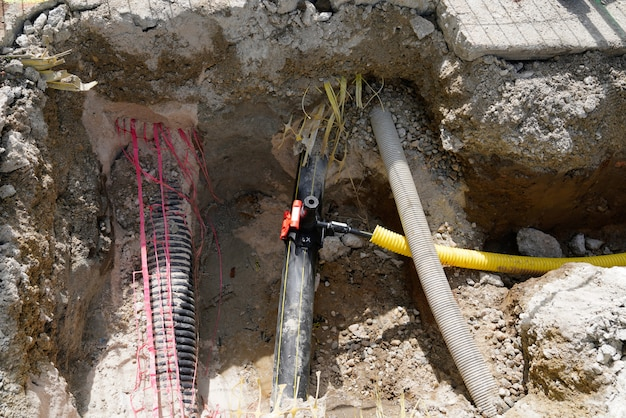 Hidrômetros de abastecimento de água trabalham reparos subterrâneos na cidade