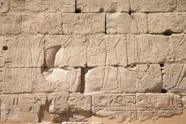 Hieróglifos do egito antigo esculpidos na pedra