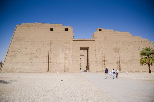 Hieróglifos egípcios antigos nas paredes