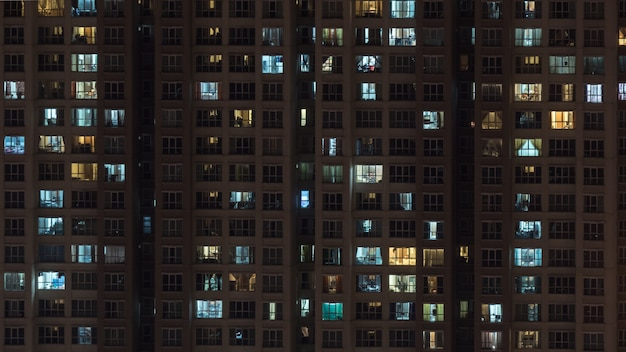 High-rise bloco de apartamentos à noite