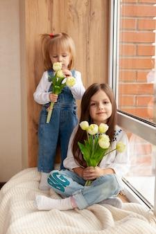 Higha ngle meninas com flores