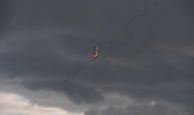 Highliner contra um fundo dramático do céu. tema slackline