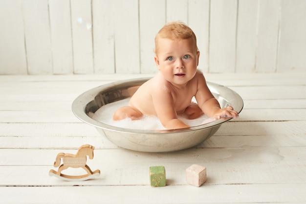 Higiene das crianças. lavagem de bebê menino. bebê no banho.
