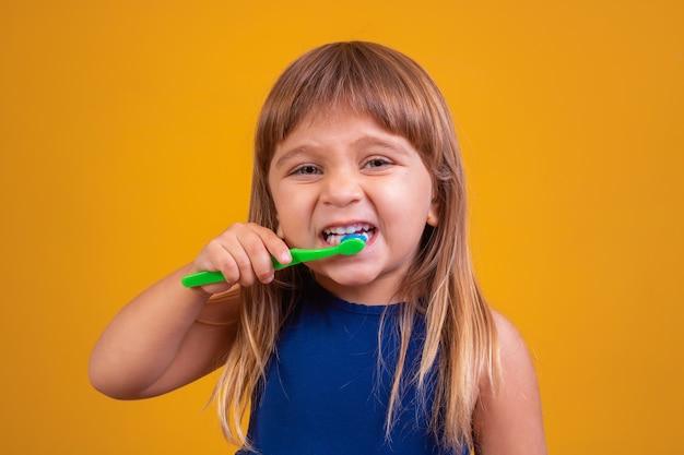 Higiene dental. garota feliz escovando os dentes