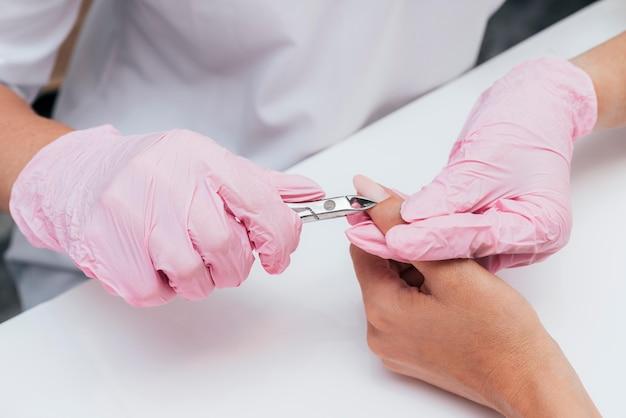 Higiene e cuidado das unhas cortando as cutículas
