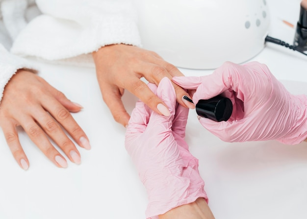 Higiene e cuidados com as unhas e pessoa usando luvas