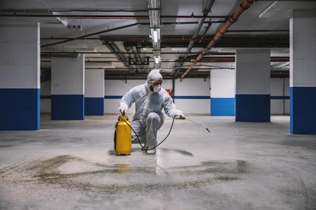 Higienização de superfícies interiores, garagem. limpeza e desinfecção de edifícios, epidemia de coronavírus. equipes profissionais para esforços de desinfecção. prevenção de infecções e controle de epidemia. p