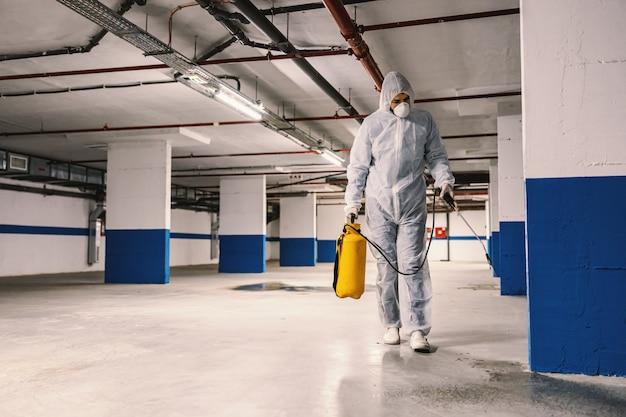 Higienização de superfícies interiores, garagem. limpeza e desinfecção de edifícios, epidemia de coronavírus. equipes profissionais para esforços de desinfecção. prevenção de infecções e controle de epidemia. p Foto Premium