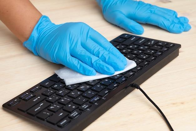 Higienizar o espaço do escritório limpar o vírus corona e desinfetar o seu espaço de trabalho.
