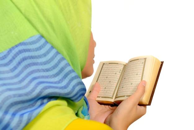 Hijab mulher lendo o alcorão