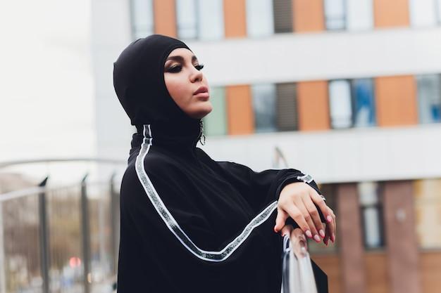 Hijab mulher na ponte de passagem no início da manhã