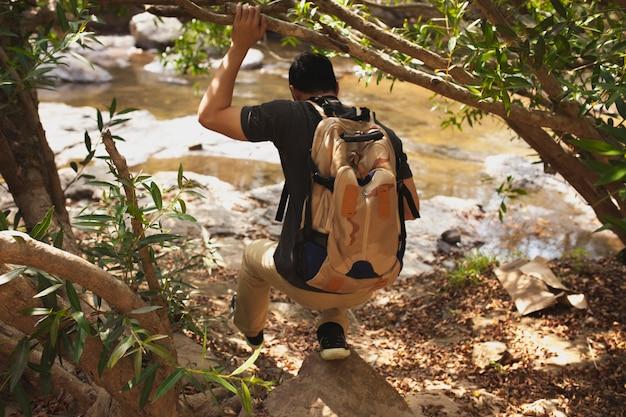Hiker ao lado do rio