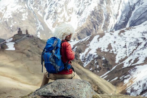Hiker, com, tradicional, papakha, chapéu pele, em, mtskheta, mtianeti, região, em, geórgia