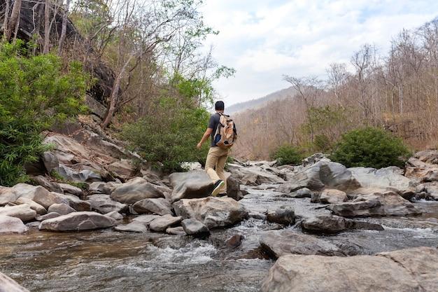 Hiker, cruzamento, rio, pedras