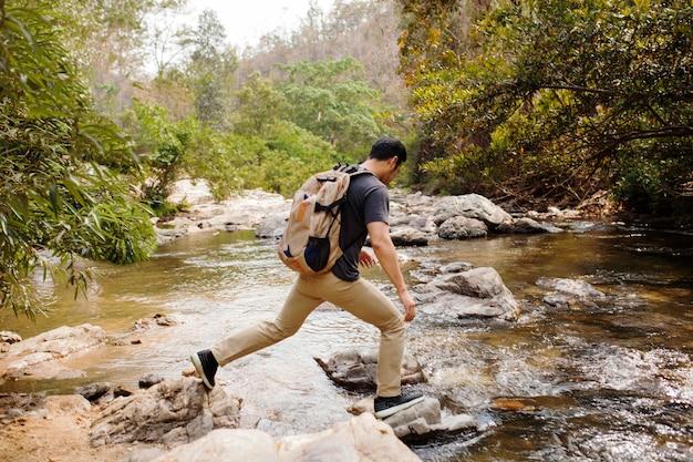 Hiker, cruzamento, rio