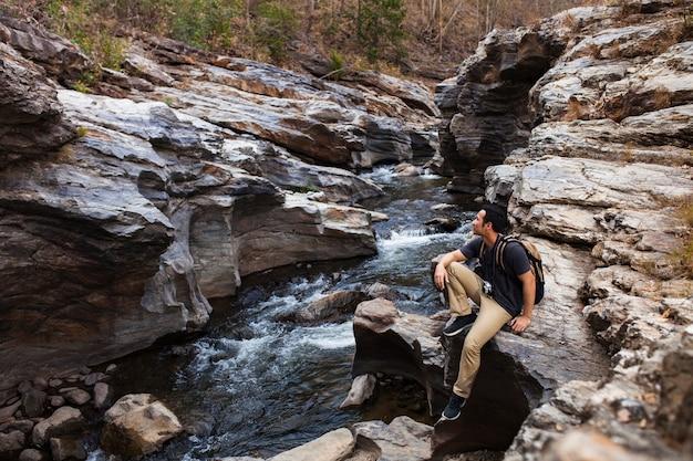 Hiker e rio selvagem