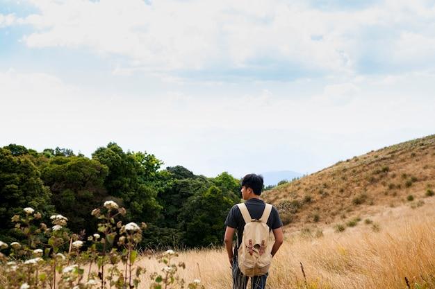 Hiker em campos abertos