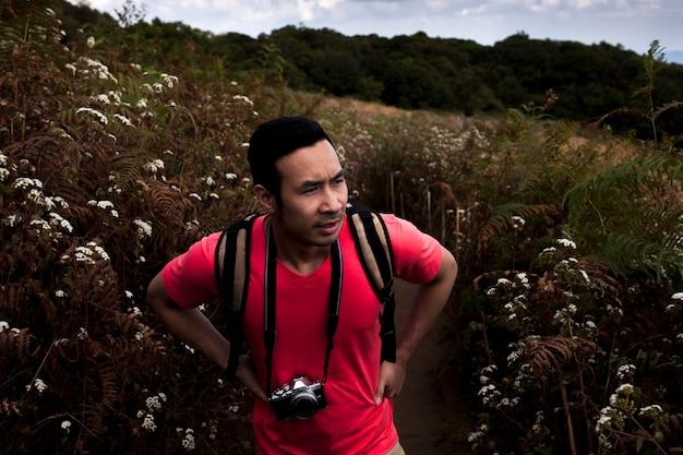 Hiker em campos selvagens