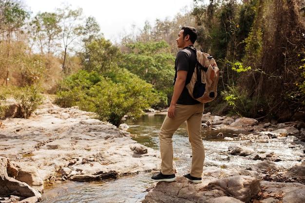 Hiker explorando a natureza