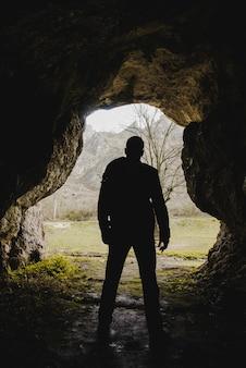 Hiker explorando uma caverna