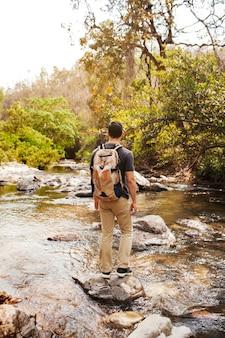 Hiker, ficar, pedra, rio