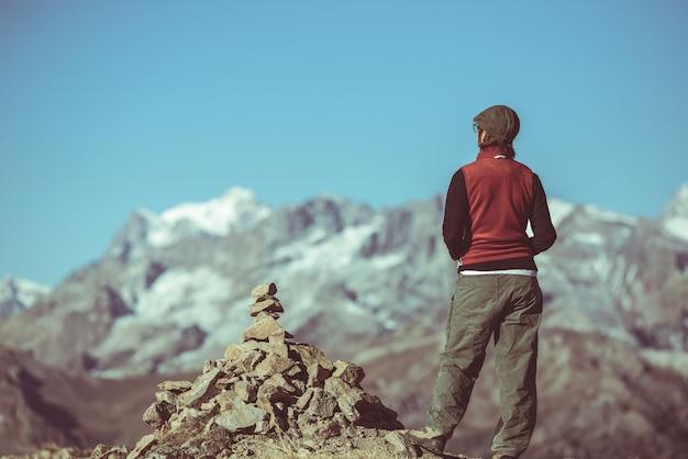 Hiker, ligado, topo montanha, olhar, vista panoramic, massif, des, ecrins, parque nacional, a, alpes