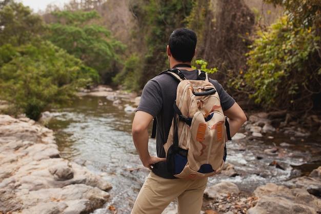 Hiker observando um rio