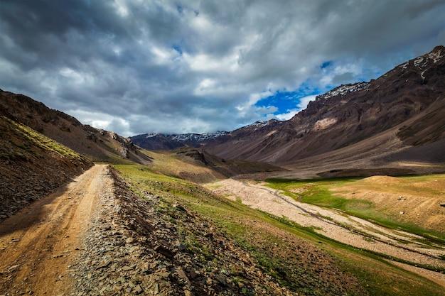 Himalaia. na caminhada para o lago chandra tal 4300 m. spiti, hima