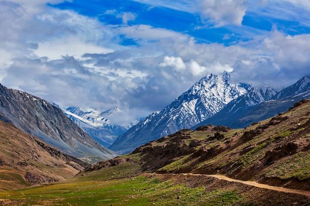 Himalaia. na caminhada para o lago chandra tal 4300 m. spiti, himachal pradesh, índia