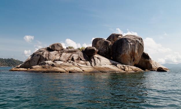 Hin son, rochas, mar e céu azul em ilhas lipe, tailândia.