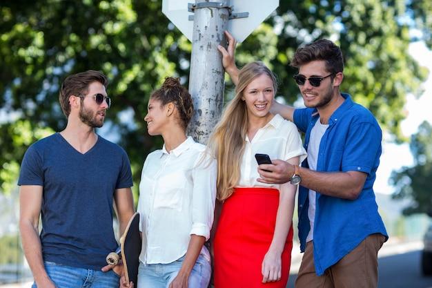 Hip amigos a passar tempo juntos ao ar livre