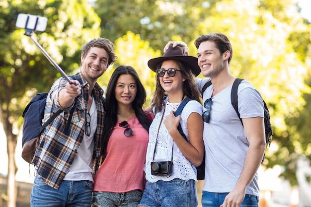 Hip amigos tomando selfie ao ar livre