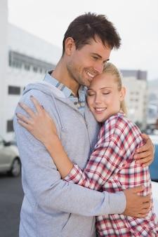 Hip jovem casal abraçando na estrada