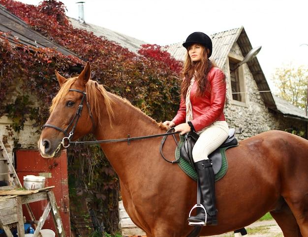 Hipismo feminino, montando um cavalo