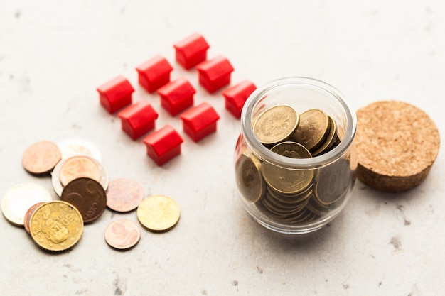 Hipoteca por casa modelo com moedas