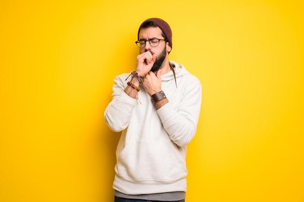 Hippie homem com dreadlocks está sofrendo com tosse e se sentindo mal