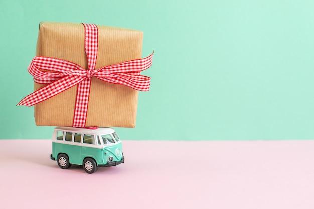 Hippie ônibus com presente de natal de ano novo no telhado em miniatura carro pequeno banner festa tema