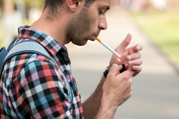 Hipster acendendo um cigarro