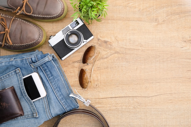 Hipster acessórios de viagem, incluindo uma câmera de filme retro.