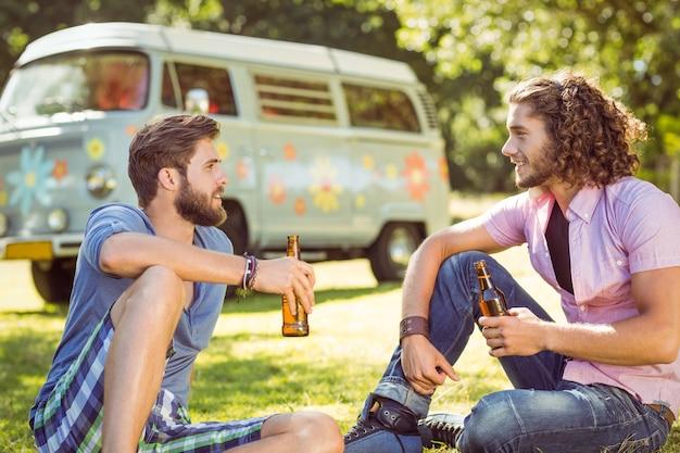 Hipster amigos brindando com cervejas