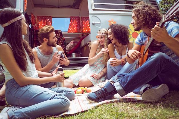 Hipster amigos de camper van no festival