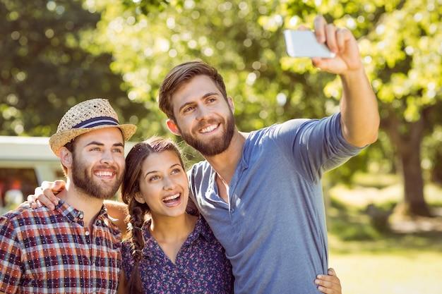 Hipster amigos tomando uma selfie