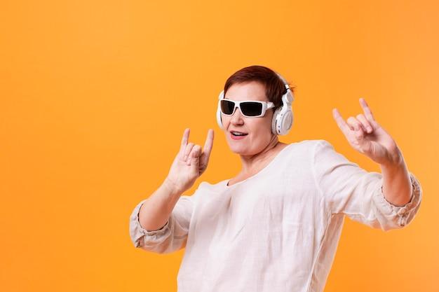 Hipster ancião ouvir música rock
