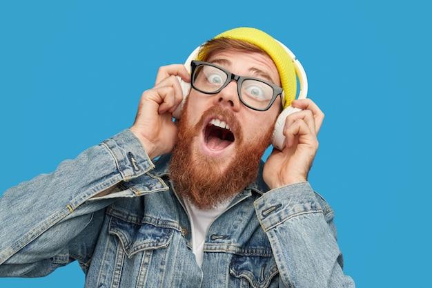 Hipster barbudo ouvindo música alta