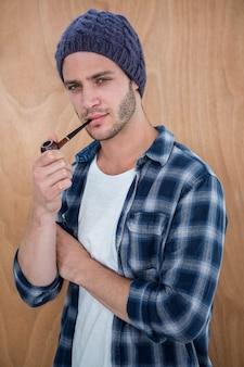 Hipster bonito, fumando um cachimbo